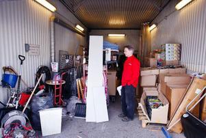 """– Här har inte tvättats någon bil på länge, men det tycks Krokoms kommun tro, säger Tony Persson, som äger butiken """"Handlarn""""  i Dvärsätt."""
