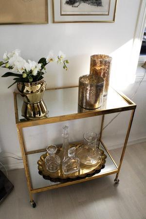 Huset är inrett med många detaljer i guld och mässing. Burken med orkidéer i kommer från Skultuna Mässingsbruk. Åsa gillar att köpa grejer från lokala företagare.