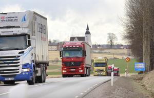 Bild: Helene Skoglund   Lastbilstrafik på väg 225 i Sorunda.