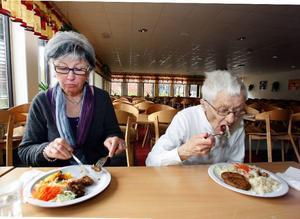 I besöket ingick en provsmakning av skolmaten. I går serverades tacosbiff med ris. Birgitta Månsson och Ulla Lindberg tyckte att det smakade utmärkt.
