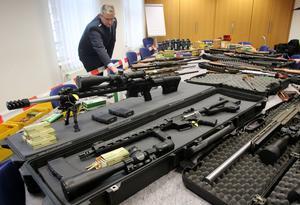 Här går den tyska polisen  i genom vapnen som beslagtogs vid ett tillslag mot nazisterna i gruppen Reichsbuerger i november 2016.