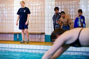 Towa Swärd från Simklubben Ägir tar tid när eleverna från Friggaskolan tävlar.   Foto: Per Nilsson