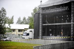 Miljö- och hälsoskyddskontoret planerade att börja sina mätningar vid festivalområdet redan under torsdagskvällen. I bakgrunden syn ett av Bollnäs Bostäders hyreshus vid Frivy i västra Kilafors.