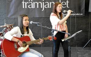 Invigningsmusik. En lokal betyder. Julia Day och Jessica Bäckman från Pålsboda gratulerade till nya kulturhuset med sång och musik. De är exempel på två unga som fått chansen att syssla med musik tack vare stöd från Studiefrämjandet och kommunen.