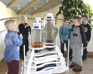 Barn från Södra bergets förskola sätter materialen i Röstskördaren i rörelse med ljud.