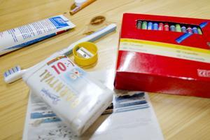 Alla paket innehåller samma sak, bland annat tvål och färgkritor.