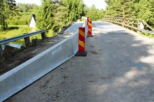 Bilisterna får köra i ett körfält på bron, därför är det begränsad framkomlighet..