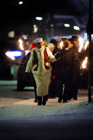Fackeltåget lyste upp januarimörkret under måndagskvällens uppmärksammande av Förintelsens minnesdag i Örnsköldsvik.