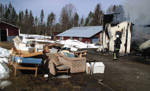 Torpets tidigare ägare hade just flyttat ut sitt lösöre på gården för att bereda plats för nye ägaren.Foto: Ingvar Ericsson