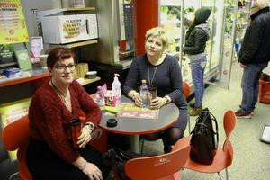 Anna Bydell Absér och Eva-Lena Bülund passade på att ta en snabbfika när de passerade Los.