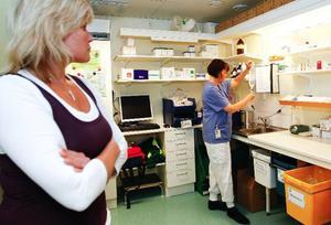 Carina Sjöqvist är funktionsansvarig barnmorska vid förlossningen i Östersund. Hon tittar på när Pia Persson förbereder sig för att gå in till en födande kvinna, en av de cirka 1 300 som varje år föder på Östersunds sjukhus.