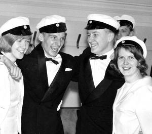 Året är 1964. Studentens glada dagar. Från vänster Sylvia Thostrup (Sahlin), Lasse Hallmén, Bo Anhammer och Karin Magnusson.