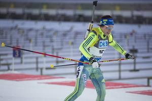 Elisabeth Högberg höll riktigt bra i jaktstarten, gick ut som 15:e och åkte i mål som 16:e, trots två bom i skyttet.
