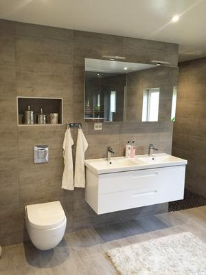 Badrummet är 20 kvadratmeter stort. Här finns, förutom toalettstol och tvättställ, även bastu, duschplats med två duschar och en sittgrupp.