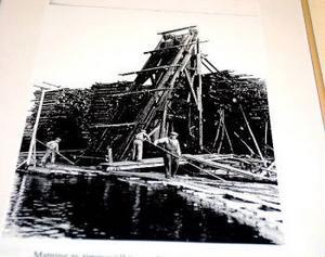 Föreningen Svartviksdagarna har satt upp fem historiska fotografier av fotografen Yngve Öhrberg i Nivrenahallen i Kvissleby. Den ena av bilderna visar hur matningen av timmer till hästtransport för lagring i vältor i Sandslån.