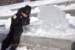 Ljus idé. Med en ståtlig isälg bredvid sig prövade Kalle Ringholm att hugga ut en lucia i sitt isblock. Bild: JAN WIJK