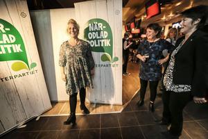 Theresa Flatmo och Ingrid Kjellsson jublar över Centerpartiets framgångar.   – Det är helt fantastiskt. I år fanns det ett alternativ i Bräcke, säger Theresa Flatmo.