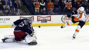 Sergeij Bobrovskij räddar en straff i en match med Columbus Blue Jackets mot Philadelphia Flyers i NHL.