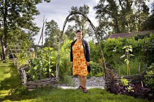 Anna Karin Tillström hälsar välkommen till sin trädgård i Hillevik.
