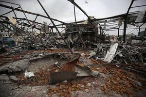 Resterna av en läskedrycksfabrik som bombades av Saudiallianens flyganfall i december förra året. Den redan sedan tidigare svaga ekonomin har backat kraftigt under kriget.
