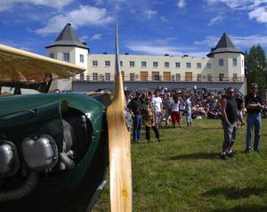 Teater. Det var närmare 2000 besökare under flygdagen och de fick bland annat titta på en teateruppvisning av Siljan Flying Circus. Foto:Göran Persson
