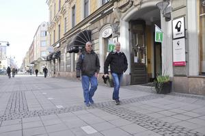 Kompisarna Ola Hillbom och Åke Lång framför byggnaden som i sitt ursprungliga skicka stod klar 1805.