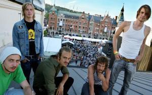 Leif Karate ( Daniel Woxlin, Per Andersson, Rasmus Berglund, Petter Södrin och Markus Persson) har redan lagt Sundsvall för sina fötter. Nu satsar de ännu hårdare för att nå nya karriärtoppar. Beslutet har kostat två medlemmar, men stämningen är god en vecka efter det tuffa beslutet.