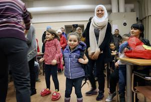 Lara Addas, 4,5 år, var en av de första som fick välja väska. Mamma Mona Lababidi följde med till bordet.