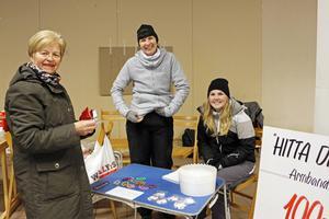 Birgitta Norin kom in och köpte Hitta Didrik-armband som Eva och Linnea Aringskog gjort. Pengarna går till Didriks fond.