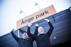 Håkan Halvarsson och Kalle Bäckwall vill lyfta Änge Park till nya höjder. På fredag den 9 december bjuder de alla på tvåårskalas.
