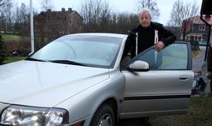 En av 60. Stig Edvinsson är en av 60-talet byvakter i Hamrånge som varje natt, året runt, turas om att bevaka bygden. Ofta körs det 10–15 mil per natt, och det brukar bli en gång per månad han kör.
