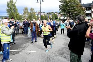 Anette Norberg  sprang den sista biten och tog budkavlen i mål vid landstingshuset i Härnösand.