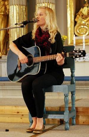 """Tove Eriksson sjöng """" Sweet and low"""" och """"House of the rising sun"""" till sitt eget gitarrackompanjemang vid stipendieutdelningen."""