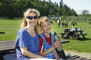 Både Louise Palmquist och sonen Adam Palmquist är nöjda med fotbollsskolan.