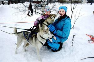 Till vänster 8-åriga Alva Brenje från Storåbränna och 12-åriga Stina Sundekvist från Hammerdal gosade efter hundspannsturen med siberian huskeyhundarna Alva och Polly.