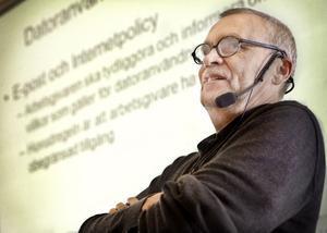 Anderz Andersson, lärare och forskare, uppmanar kommuner att ha en policy för anställdas internetanvändande.