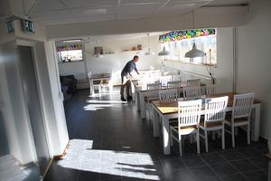 Krister Petersson visar den nya matsalen i Evangelisthemmets källarvåning. I anslutning till den finns det nyrenoverade köket.