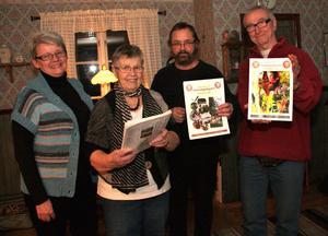 25-årsjubileum. Det har gått 25 år sedan den första Hamrångebroschyren trycktes. Marianne Lundqvist, Berit Östlund, Jan Åke Carlsson och Curt Carlsson har varit med från början. Saknas på bilden gör Ing-Britt Wilhelmsson.