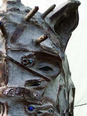 Detaljer av järnskrot har putsats fram i djuret.