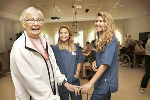 Ingegerd Eriksson, 85 år, trivs bra ihop med sommarjobbarna Sandra Öster, 17 år och Madeleine Troedsson, 19 år.