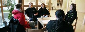 Kristoffer Halvarsson är Ljusdalspolisen som tre dagar den här hösten besöker Stenhamreskolan. Kontakt utan konflikt är syftet, och det verkar lyckas. Åtminstone med eleverna Hedda Eriksson (längst till vänster), Shauneen Shelton och Mikaela Johansson. Med ryggen mot kameran sitter Johanna Glahs.