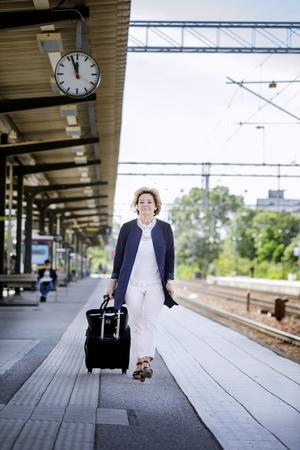 Maria Larsson har tillgång till tjänstebil och egen chaufför i form av husföreståndaren. Men det är sällan hon utnyttjar det. I stället tar landshövdingen tåget så ofta hon kan när hon ska ut och resa.