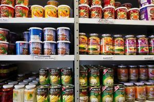 Klockan två varje eftermiddag brukar Thougkam Persson titta på nyheterna från Thailand. Då är klockan sju på eftermiddagen där. I dag var en av nyheterna att militären i Thailand omorganiseras.Det är enbart thailändska produkter som säljs i Thougkams livsmedelsaffär. 500 olika.