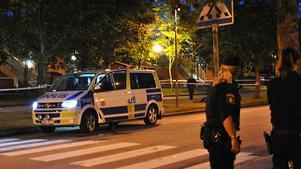 Polisen spärrade av ett område i Vivalla i samband med att man skottskadades.