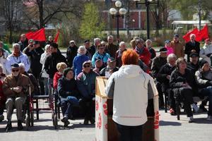 Utbildningsnämndens ordförande Malin Ängerå höll i första maj-firandet på Riotorget.