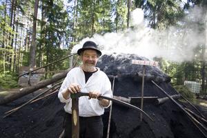 """Kolargubbe. Sten Norén är en av entusiasterna som sköter kolmilan i år. """"Vi har hållit på med förberedelserna under hela sommaren"""", berättar han."""