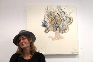 AK von Malmborg framför ett av de drygt 20 verk hon ställer ut på Lars Bolin Gallery i Östersund.