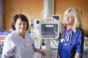 PRISADE SJUKSKÖTERSKOR. Irene Olsson och Monica Dubeck har utvecklat ett register för att lättare upptäcka komplikationer hos dialyspatienter. För detta får de nu årets vårdpris och en prissumma på 250 000 kronor.