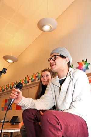 SJÖNG. Joel Sedvall gillar att sjunga. Här tillsammans med flickvännen Tilda Pennanen.
