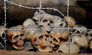 En installation i ett hålrum i ett av bergrummen för att påminna om de hemskheter, brott mot mänskligheten som begicks.Gammal dörr sedan 1940-talet.